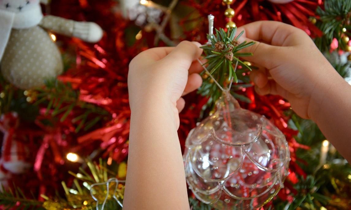 BABYBJÖRN Magazine - La décoration de sapin est un bon moment en famille ou chacun vient accrocher un petit sujet.