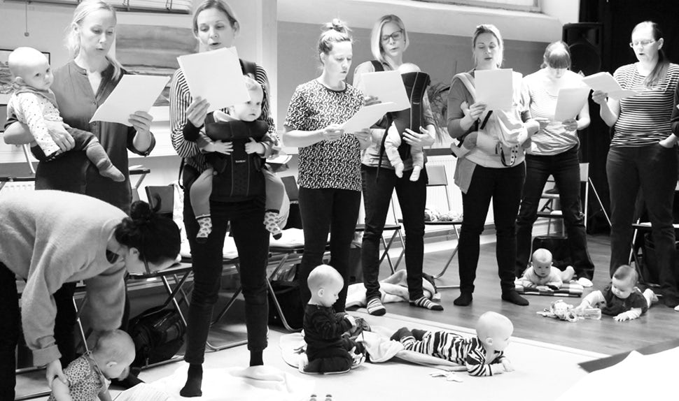 BABYBJÖRN Magazine – A room full of babywearing moms making beautiful music together.