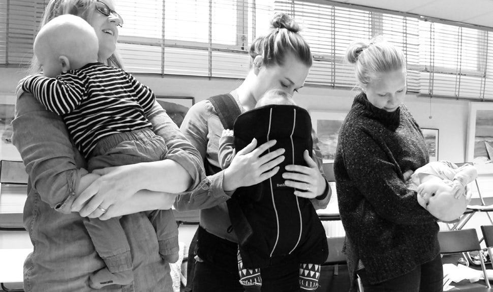 BABYBJÖRN Föräldramagasin – Tre mammor bär sina bebisar i bärsele eller i famnen.