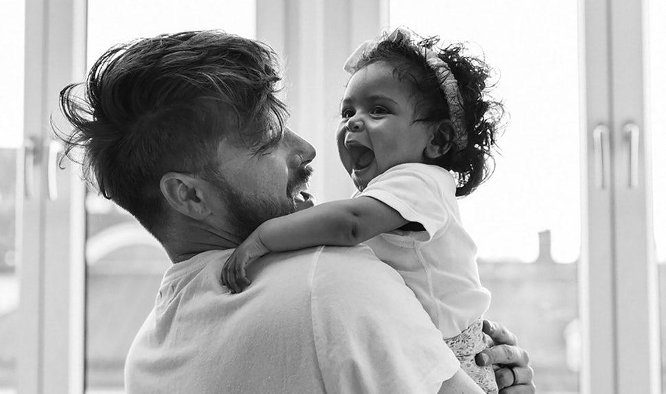 BABYBJÖRN Föräldramagasin – Dadstories, här är pappavloggaren Joshua Harris med dottern Darcy i famnen.