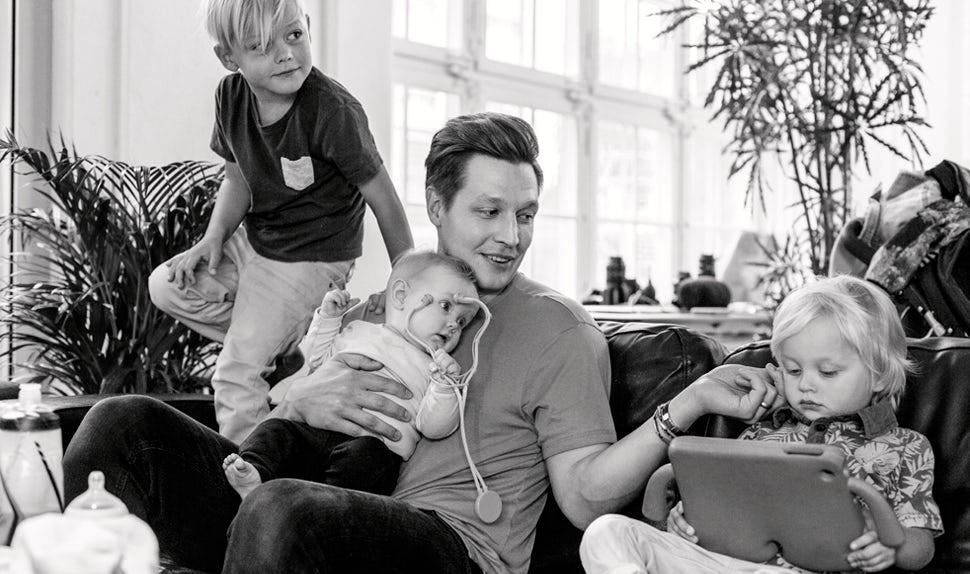 BABYBJÖRN Magazin – Dadstories. Hier erzählt Vater Mikael über seine drei Kinder und den Wunsch, noch mehr zu bekommen.