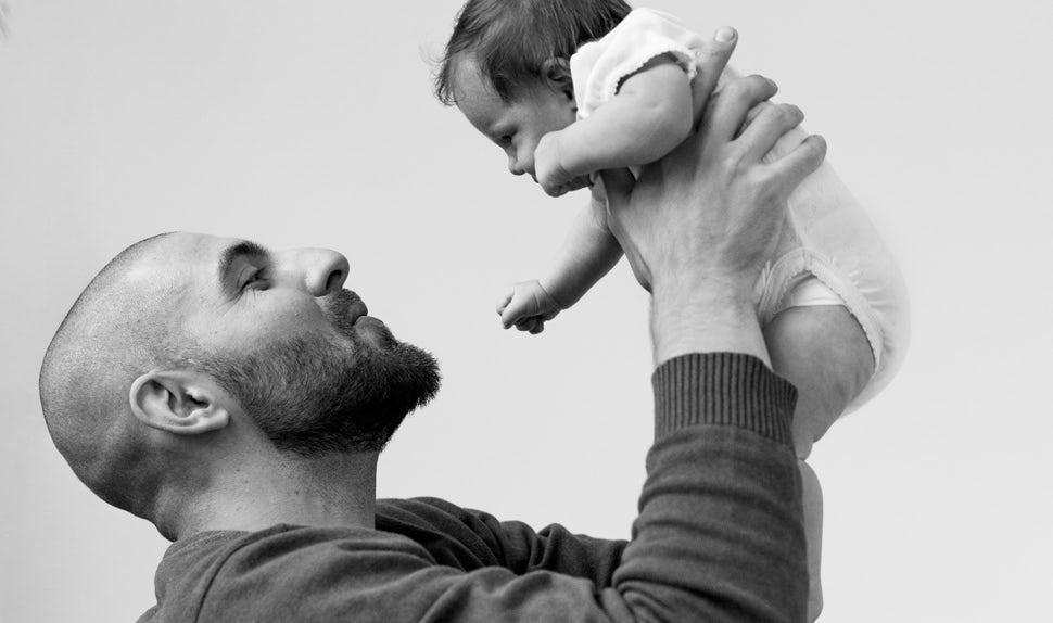 Revista BABYBJÖRN – Dadstories: aquí vemos al papá Pierre sosteniendo a su hija más pequeña, Olivia.
