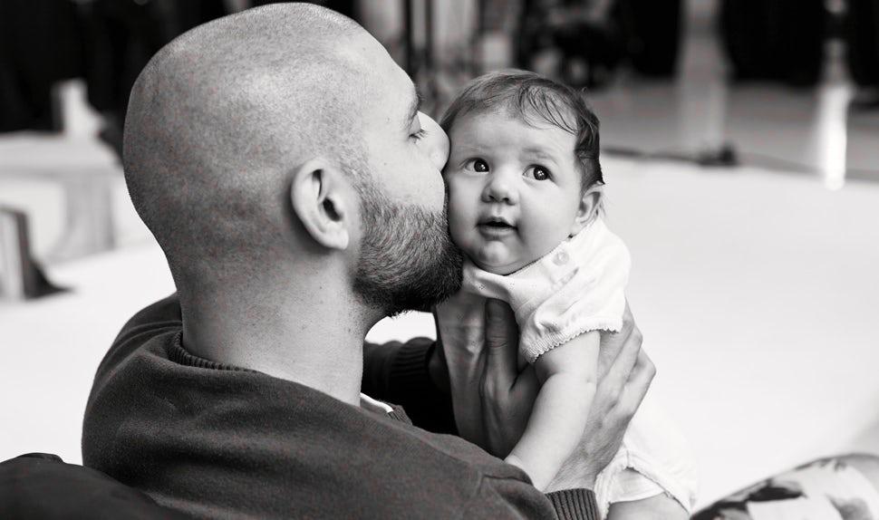 BABYBJÖRN Magazin – Dadstories. Hier erzählt Vater Pierre, wie viel Angst er hatte, als er Vater wurde.