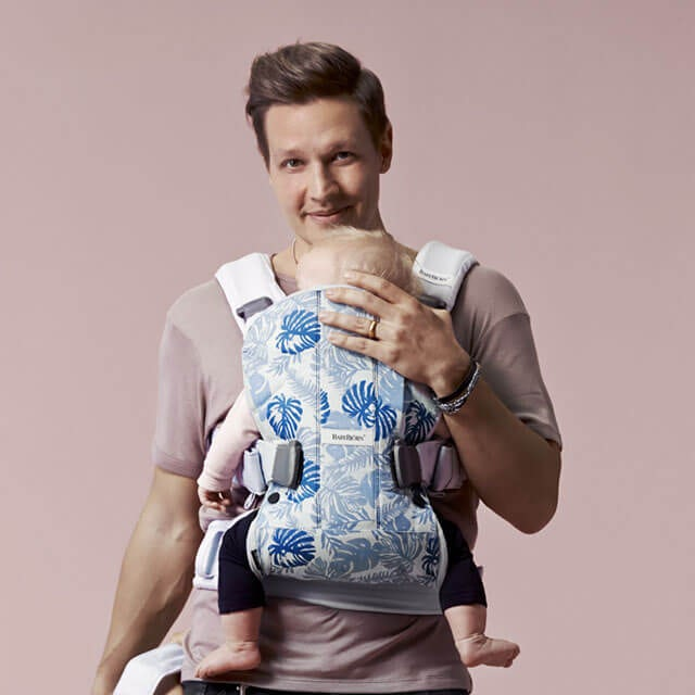 Baby Carrier One Dadstories Leaf print Pale blue BABYBJÖRN