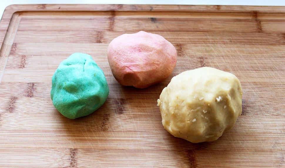 BABYBJÖRN Magazin – Mürbeteig mit Lebensmittelfarbe färben für den Valentinstag