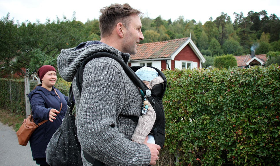 BABYBJÖRN Magazine – Babywearing coach René carries his son in a baby carrier.