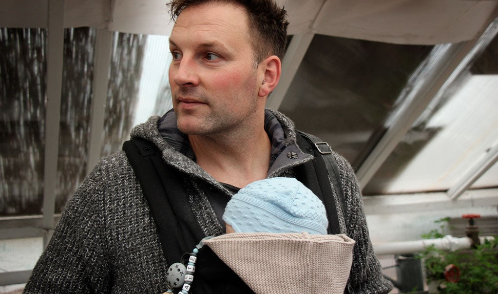 BABYBJÖRN Magazine – Babywearing coach René on a visit to Stockholm; he's carrying his son in a baby carrier.