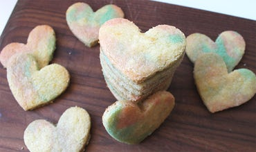 BABYBJÖRN Magazine – Bake heart-shaped cookies for Valentine's Day