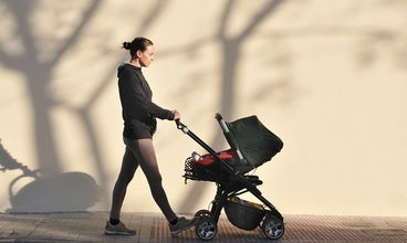 Magazine BABYBJÖRN – La marche est un bon exercice après une césarienne et se combine bien avec la vie de jeune parent.