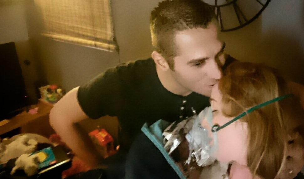 BABYBJÖRN Magazin – Yannick küsst Amélie auf die Stirn, nachdem sie ungeplant zu Hause entbunden hat.