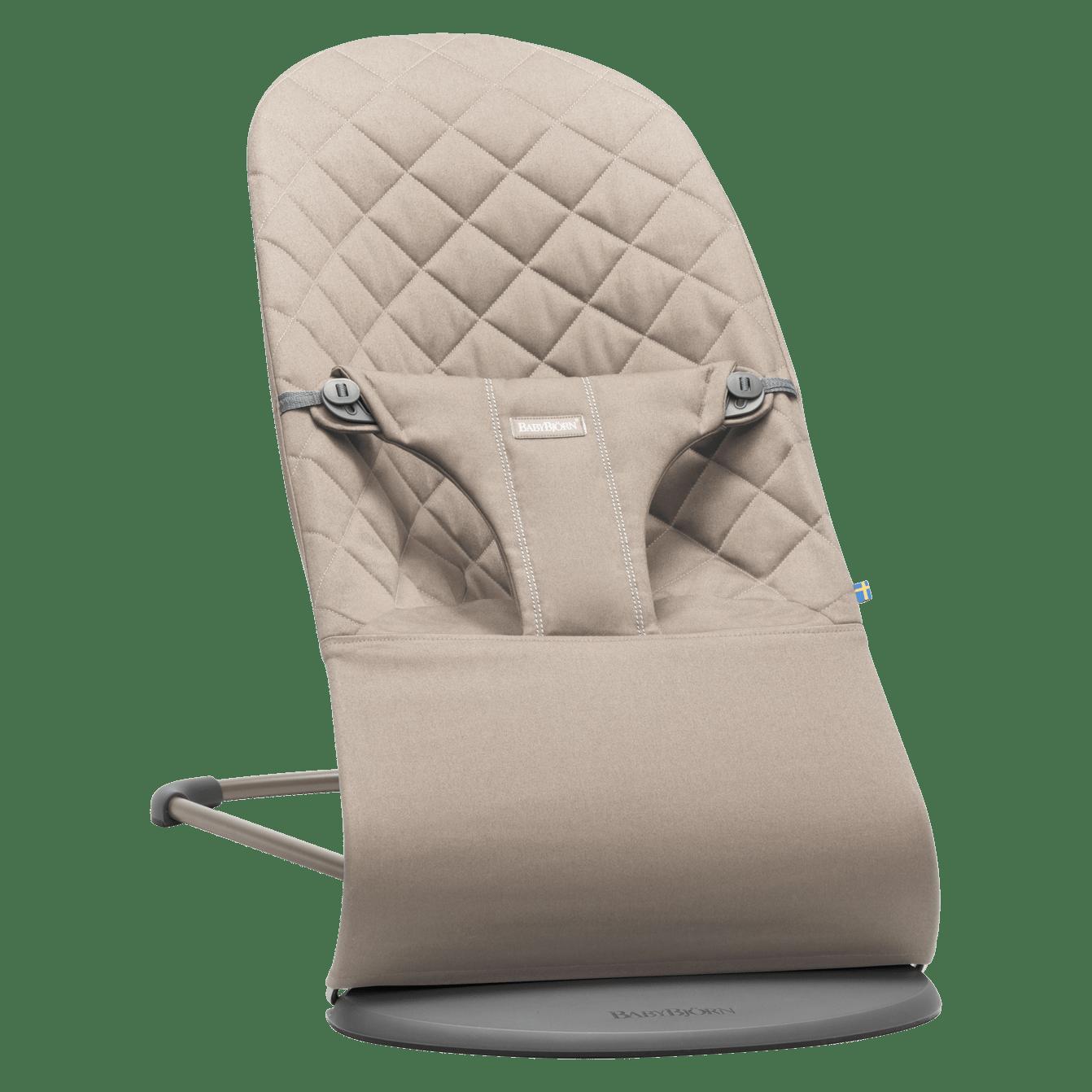 BABYBJÖRN Babysitter Bliss i sandgrå cotton, en ergonomisk babysitter med naturlig gungning och mjuk design.