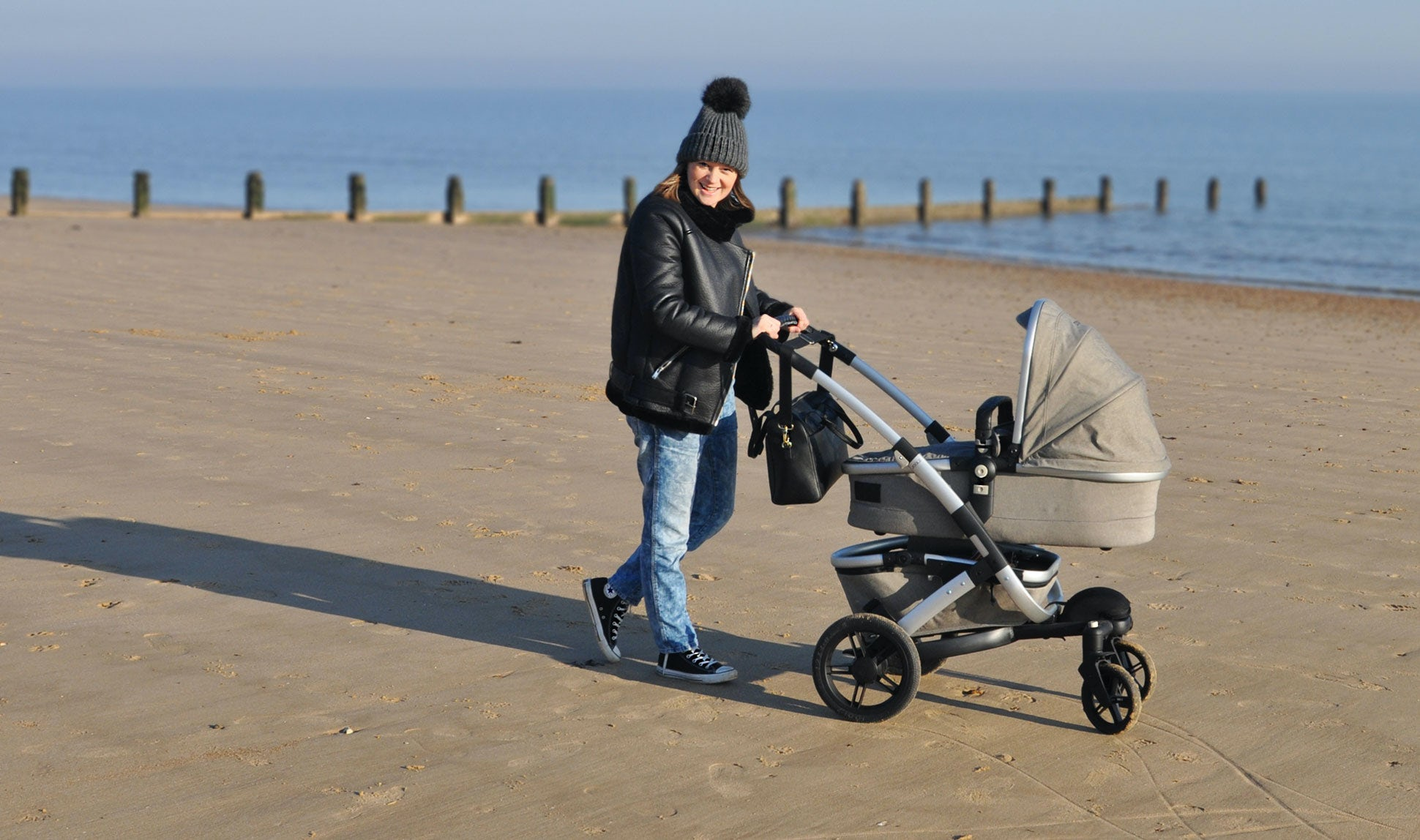 BABYBJÖRN Magazine – Pregnancy tips from blogger and mum Nicola Friend, here seen walking with her newborn baby on the beach.