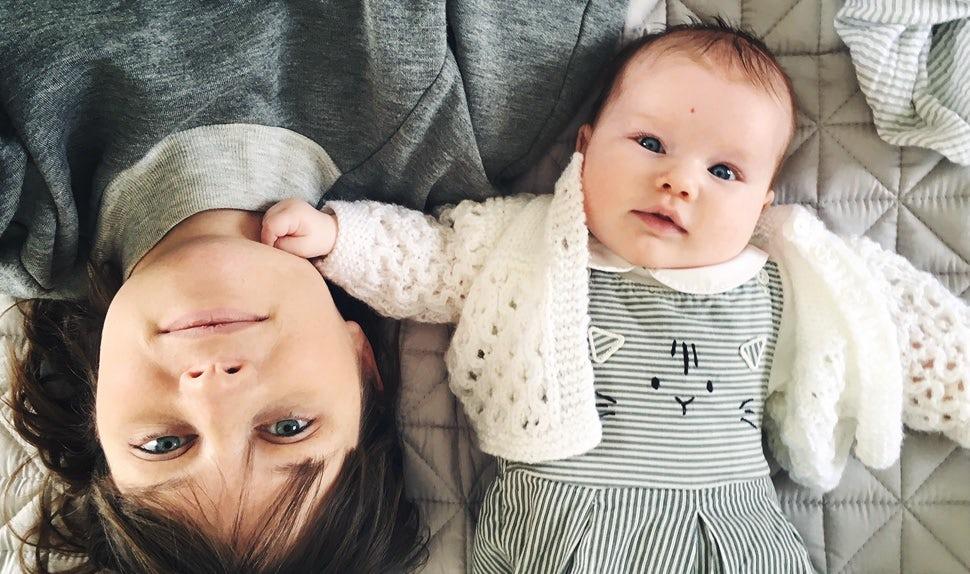 Magazine BABYBJÖRN – Des conseils pour une grossesse sereine de la maman blogueuse Nicola Friend, blottie ici contre son bébé.