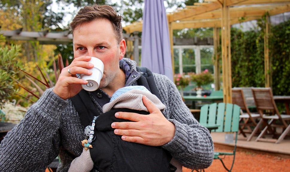 Magazine BABYBJÖRN – Le conseiller en portage René Rodig parle des avantages du portage