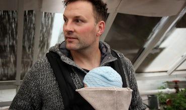 Babybjörn Magazine: Att bära barn är en häftig känsla! Läs om bärandekonsulten Réne Rodig