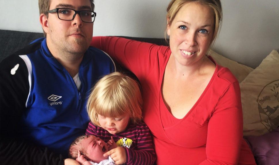 BABYBJÖRN Föräldramagasin – Un parto en el coche en esta familia compuesta por Tina, Robin y sus dos hijas.