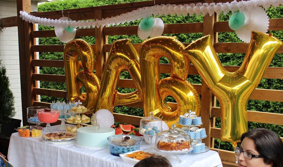 BABYBJÖRN Magazine – An epic baby shower dessert table with cake and fruits