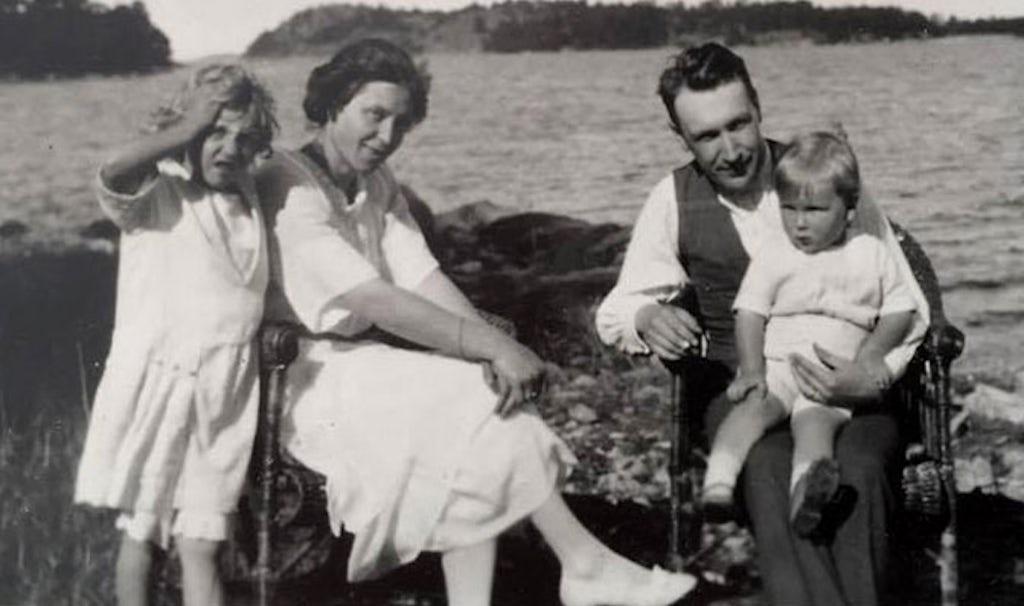 BABYBJÖRN Revista – Retrato de familia del año 1921 Elsa, Hilding y los niños Björn y Solveig.