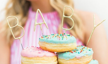 Revista BABYBJÖRN – Rosquillas coloridas; decoración perfecta para un baby shower.