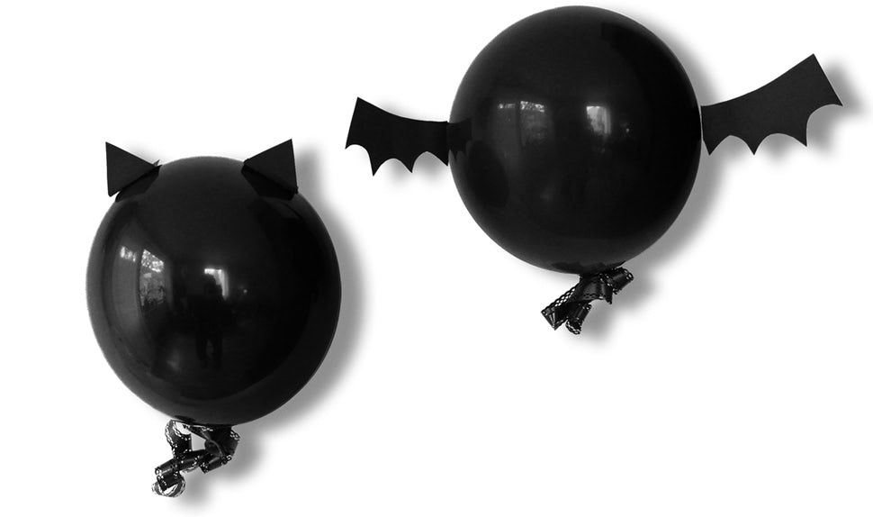 BABYBJÖRN Magazine – DIY Halloween decorations: a cat and a bat made of black balloons.
