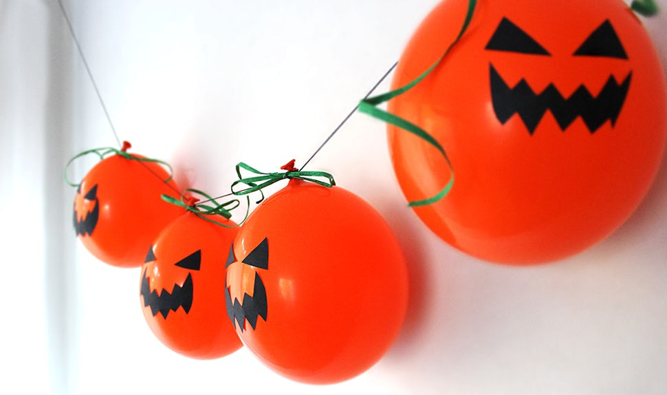 BABYBJÖRN Magazine – DIY Halloween decorations: a garland of orange balloon pumpkins.