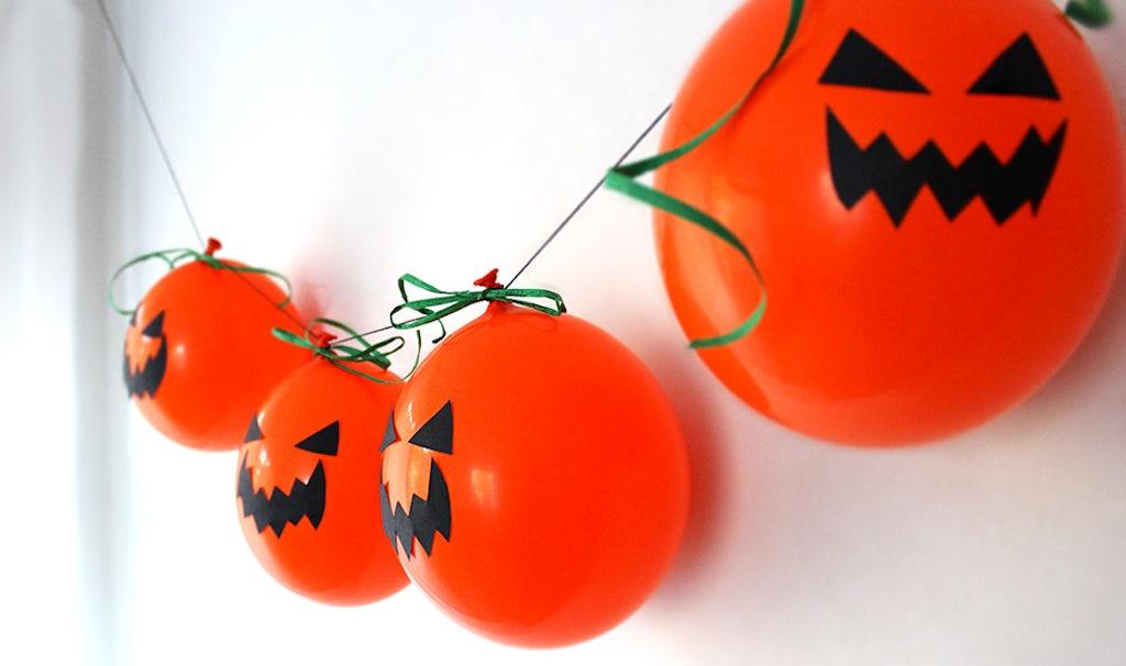 Revista BABYBJÖRN – Una guirlanda de calabazas con globos naranjas que da miedo.