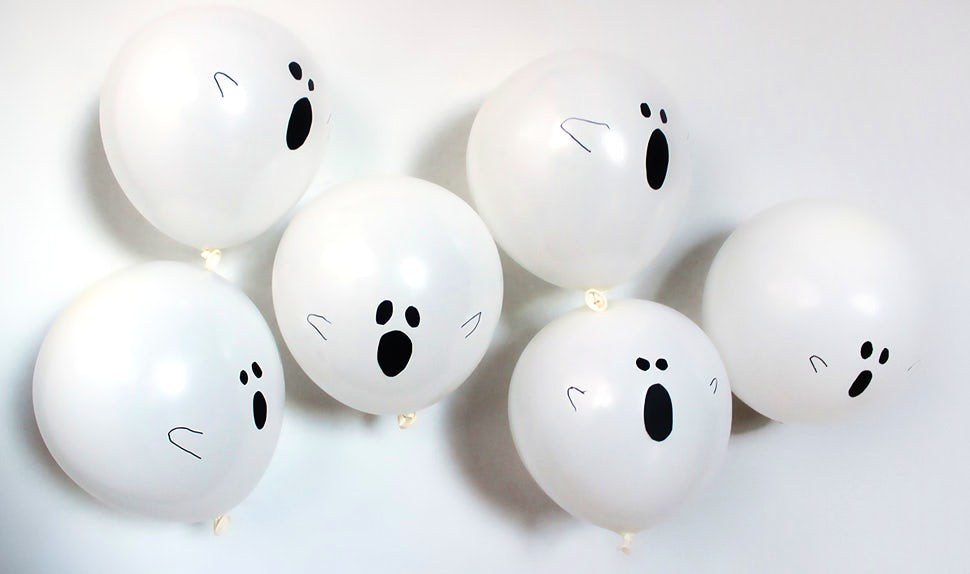 BABYBJÖRN Magazine – DIY Halloween decorations: easy-to-make white balloon ghosts.