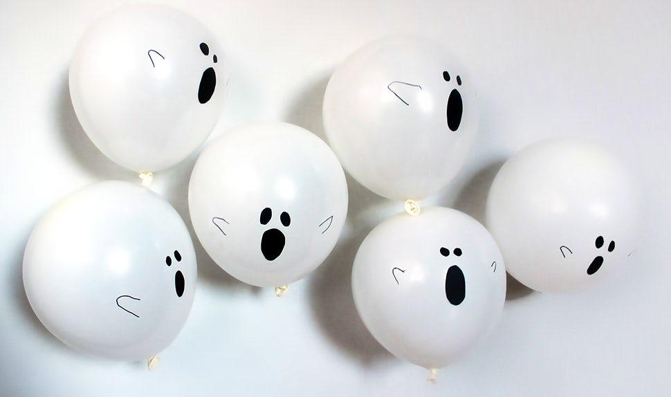 BABYBJÖRN Magazin – Aus weißen Luftballons lassen sich zu Halloween ganz einfach Gespenster basteln.