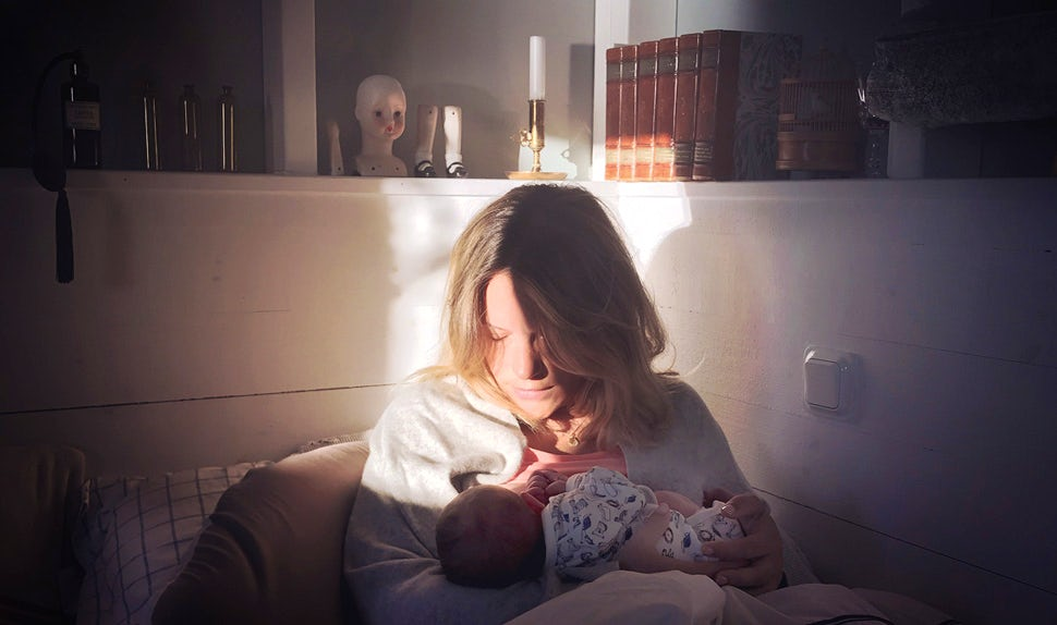 BABYBJÖRN Magazine – Preparing for birth with hypnobirthing: Klara nurses her newborn son.