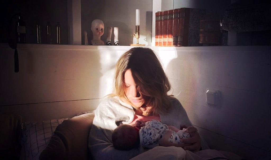 Magazine BABYBJÖRN – Klara Svensson en train d'allaiter son nouveau-né.