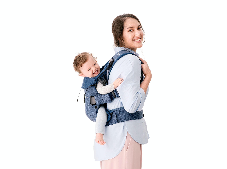 Con la Mochila Porta Bebé One BABYBJÖRN verás qué fácil y seguro es llevar a tu bebé a la espalda.