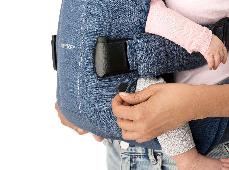 Con la Mochila Porta Bebé One BABYBJÖRN podrás llevar a tu bebé en una posición natural para él, con su espalda en forma de c.