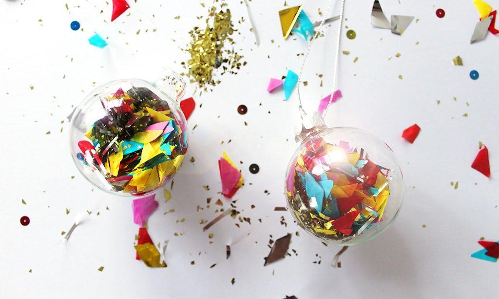 Revista BABYBJÖRN – Bolas de Navidad rellenas de confeti y purpurina.
