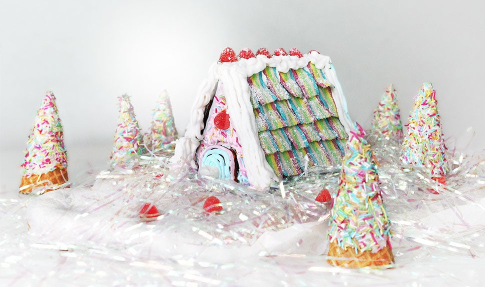 BABYBJÖRN Magazine – A gingerbread house with sweets and icing in pastel colours.