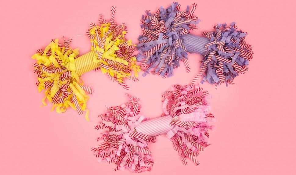 Revista BABYBJÖRN – Inspiración navideña con petardos de Navidad en papel de seda de diferentes colores.