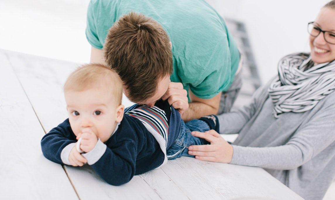 BABYBJÖRN Föräldramagasin – Föräldrar som byter blöja eller känner efter i blöjan tusentals gånger.