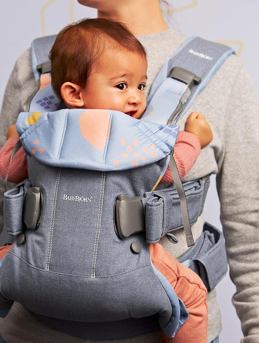 Die BABYBJÖRN Babytrage One aus Baumwolle mit Blick nach innen tragen.