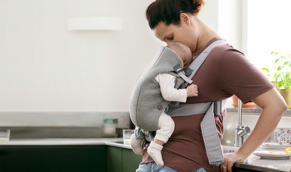 Liten, mjuk och enkel bärsele för nyfödd – BABYBJÖRN Bärsele Mini