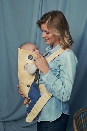 Babytrage Mini Hellgelb in Baumwolle - BABYBJÖRN