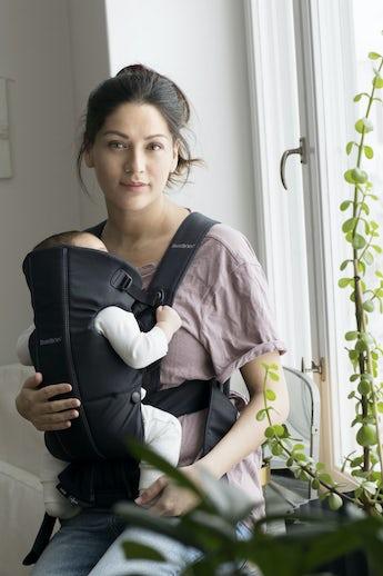 Babytrage Mini Schwarz 100 % BCI-zertifizierte Baumwolle - BABYBJÖRN