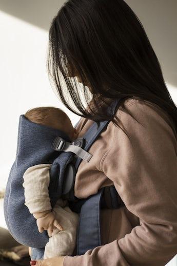 Babytrage Mini Taubenblau in weichem 3D Jersey - BABYBJÖRN