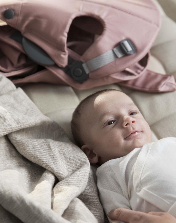 Le porte-bébé est facile à mettre et à enlever. Porte-bébé Mini – Vieux rose,  Cotton 24a1cfde672