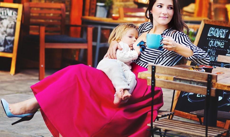 BABYBJÖRN Magazin – Aly, Mutter von zwei Kindern und Gründerin von Allmumstalk, beim Stillen in der Öffentlichkeit in einem Café.
