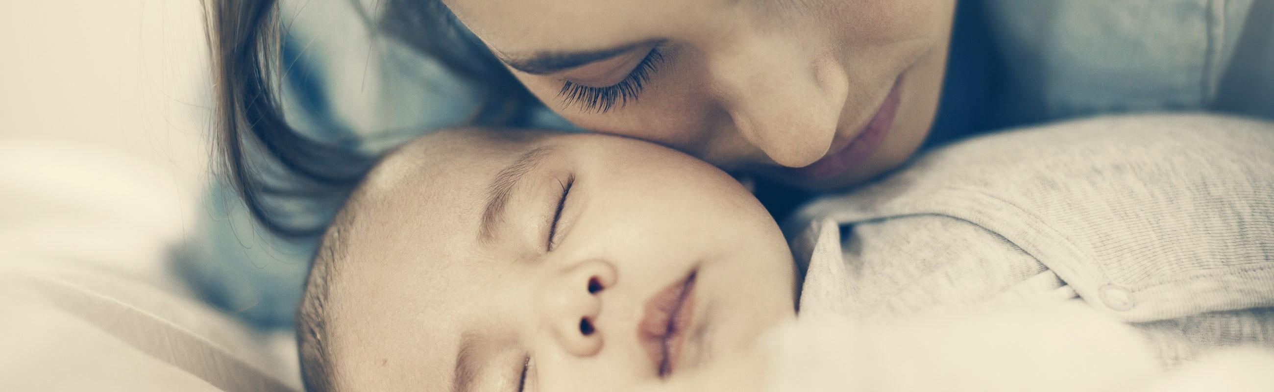 Mamma gosar med sin bebis som sover | BABYBJÖRN