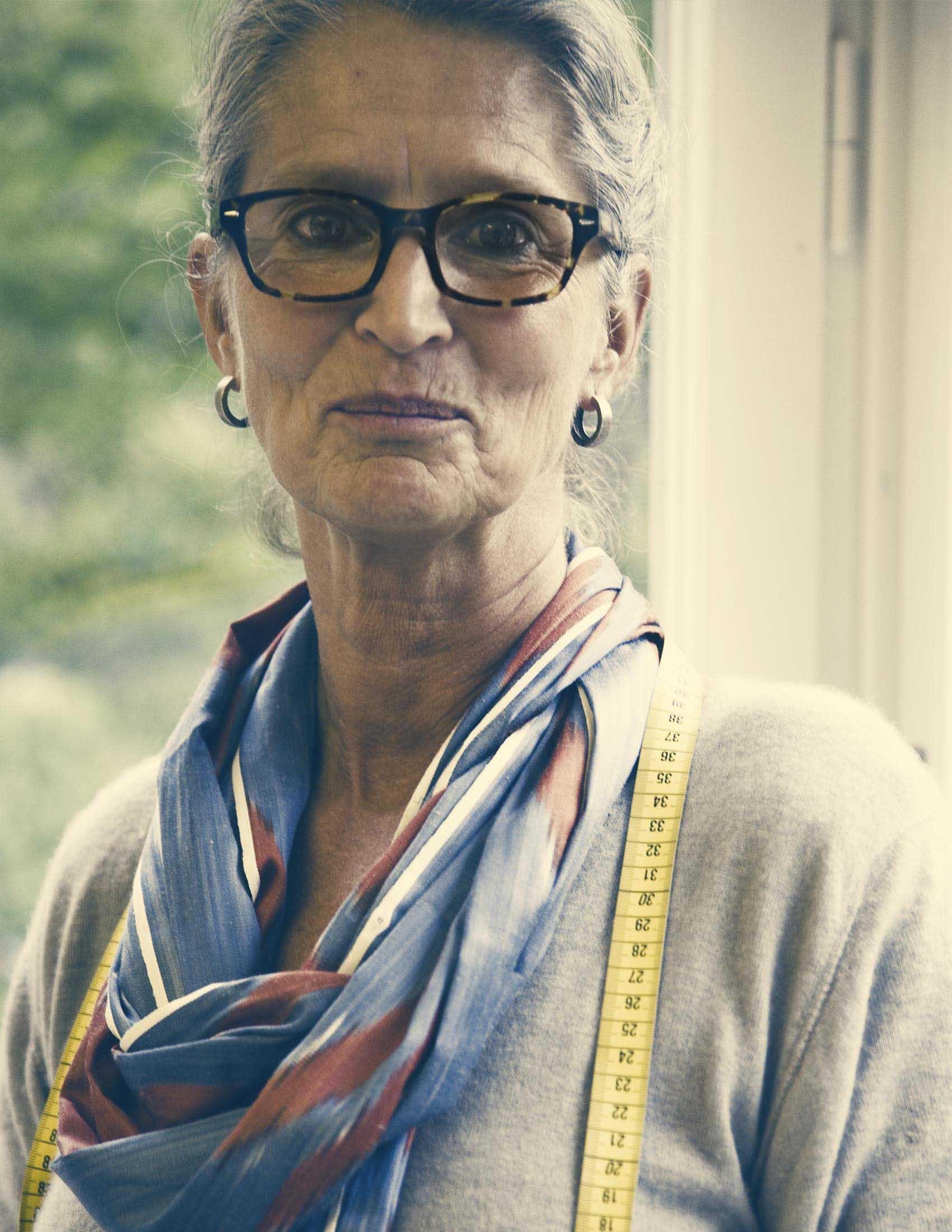 Porträttbild av vår textildesigner Lisen Elmberg med måttband runt halsen | BABYBJÖRN