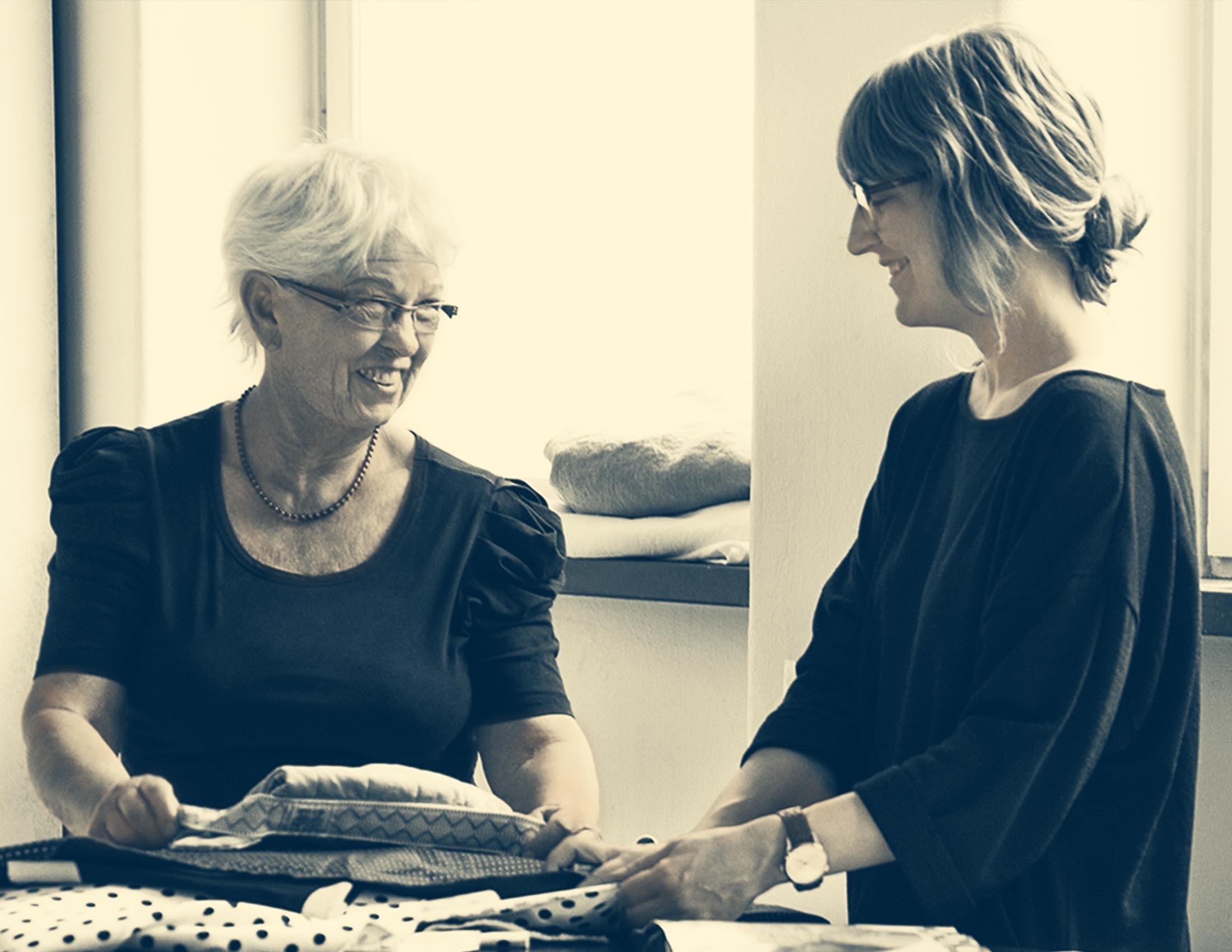 La fondatrice et designer textile Lillemor et la directrice artistique Karin regardent des tissus | BABYBJÖRN