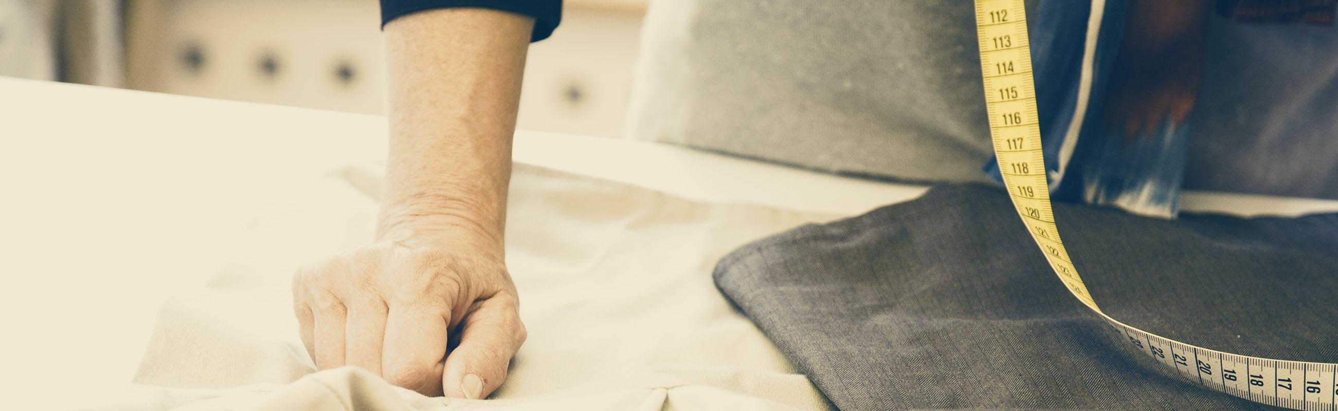 Nahaufnahme der Hände von Textildesignerin Lisen mit Schere und Zuschnitt | BABYBJÖRN