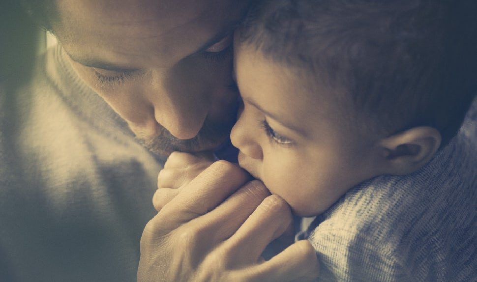 Dad and baby tenderly rest their heads together | BABYBJÖRN