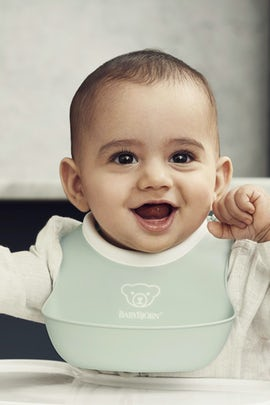 Small Baby Bib, 2-pack with a pocket that catches food that doesnt make it to the mouth