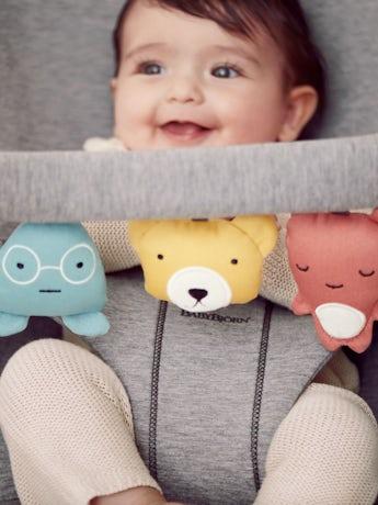 Babysitter i supermjuk 3D Jersey kombinerat med leksak till Babysitter - Mjuka vänner - BABYBJÖRN